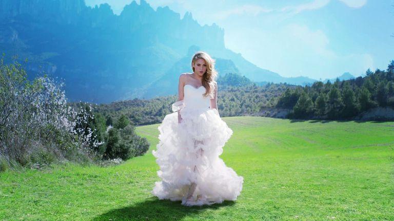 Shakira - Empire White Dress Wallpaper